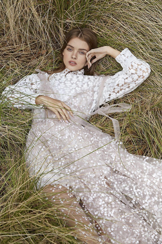 אנה זק   צילום: דור שרון ל-ArtBook, סטיילינג: אלין זידקוב ל-ArtBook. שמלת טול: Daizy shely,שמלה לבנה: zara