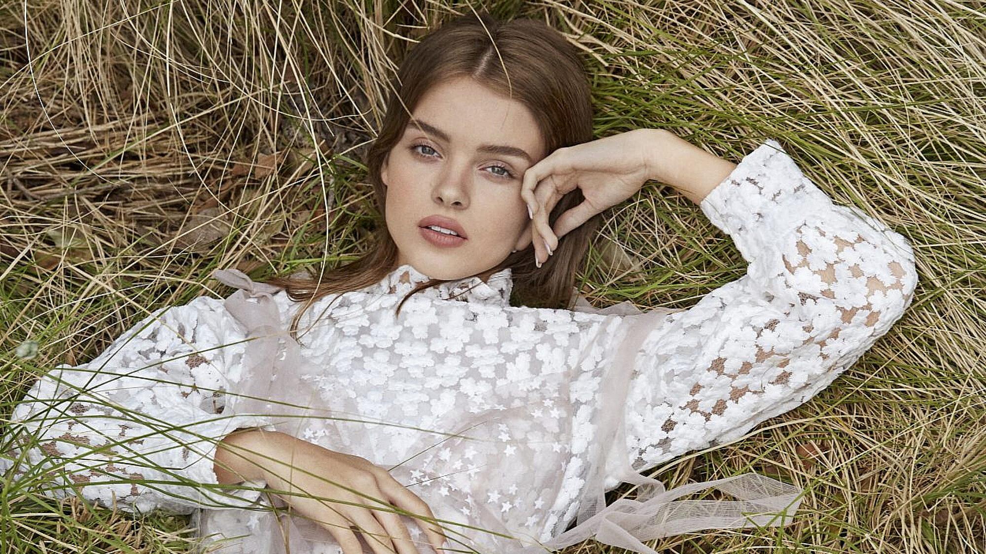 אנה זק | צילום: דור שרון ל-ArtBook, סטיילינג: אלין זידקוב ל-ArtBook. שמלת טול: Daizy shely,שמלה לבנה: zara