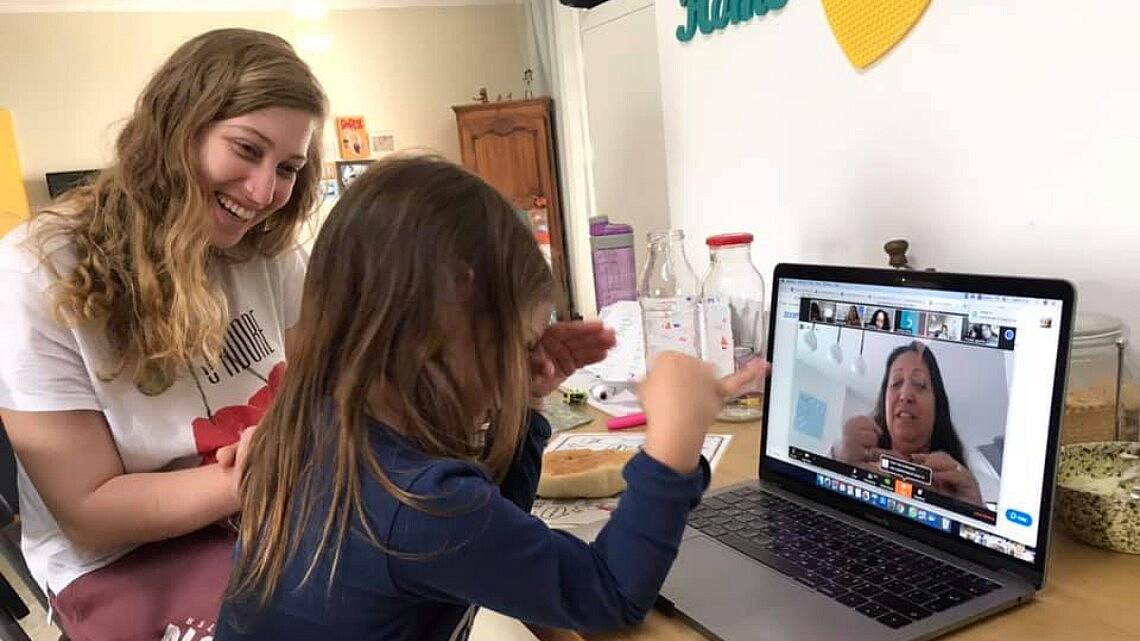 ילדות מרוצות בשיעור העשרה אונליין | צילום: מורן מישל