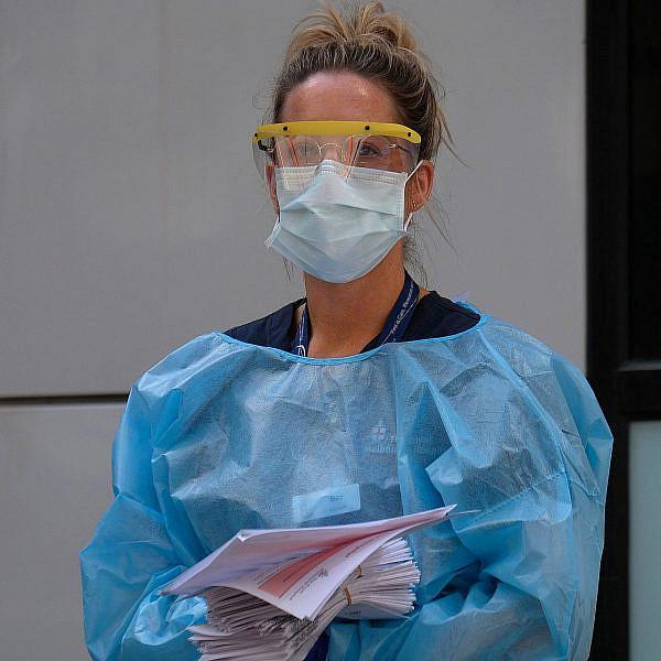 עובדת בבית חולים באוסטרליה | צילום: Luis Ascui/Getty Images