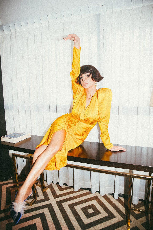 מורן אטיאס | צילום: רותם לבל ל-Artbook, סטיילינג: מזל חסון. שמלה: רוני קובו בפקטורי 54 , נעליים: A BY ANABELLE, עגילים: אוסף פרטי