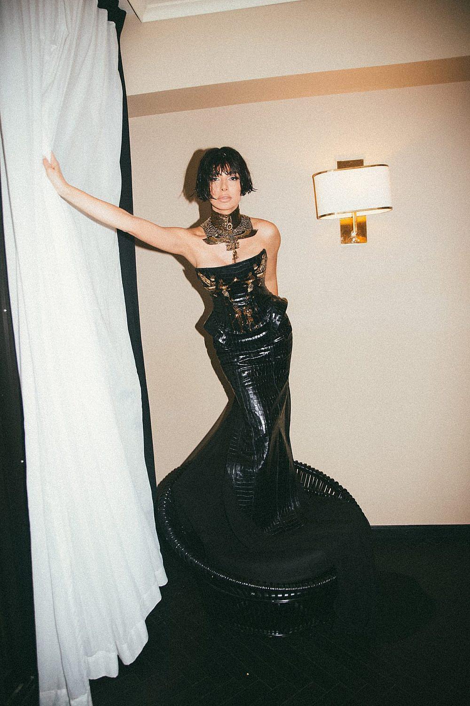 מורן אטיאס | צילום: רותם לבל ל-Artbook, סטיילינג: מזל חסון. שמלה: קים קסאס קוטור