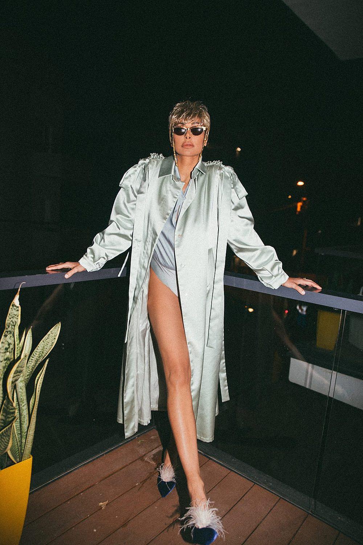 מורן אטיאס | צילום: רותם לבל ל-Artbook, סטיילינג: מזל חסון. בגד גוף ומעיל: פטיט פואה , נעליים: A BY ANABELLE ,משקפיים: רוזו תכשיטים