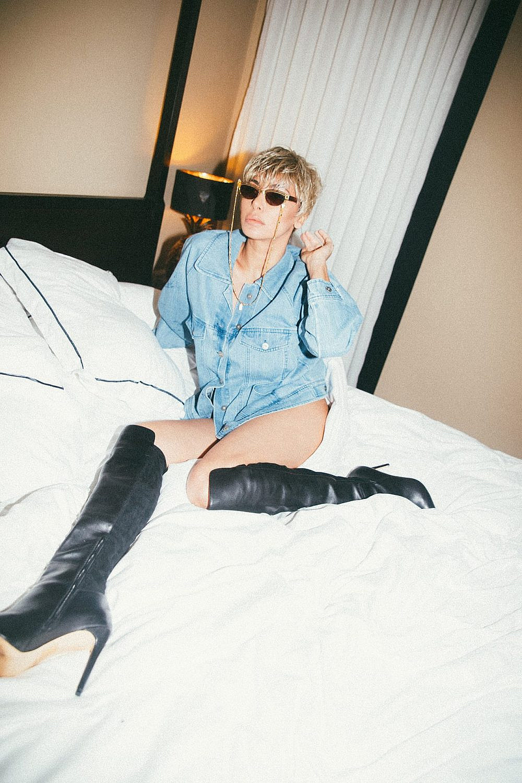מורן אטיאס | צילום: רותם לבל ל-Artbook, סטיילינג: מזל חסון. ז'קט: טרס , מגפיים: אלדו ,משקפיים: רוזו תכשיטים
