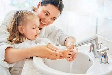 אני רוחץ ידיים טידידל - דידל - די בסבון ומים טידידל - דידל - די   צילום: Shutterstock