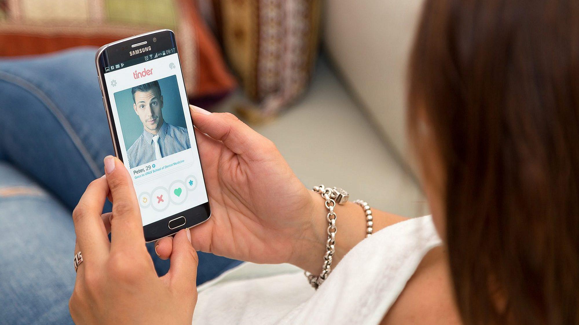 סוויפ שמאלה, סוויפ שמאלה, רגע, מה זה? אה, בעצם לא: מיומנה של רווקת טינדר   צילום: Shutterstock
