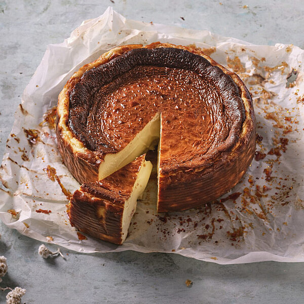 עוגת גבינה באסקית של קפה נורדוי. צילום אנטולי מיכאלו