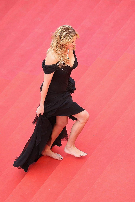 ג'וליה רוברטס יחפה על השטיח האדום בפסטיבל קאן 2016 | צילום: Andreas Rentz/Getty Images