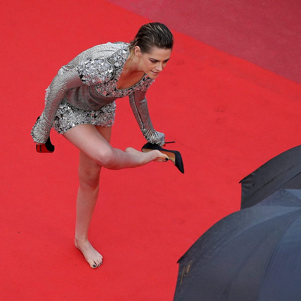בהשראת ג'וליה רוברטס: קריסטן סטיוארט חולצת את העקבים על השטיח האדום בפסטיבל קאן, 2018 | צילום:Andreas Rentz/Getty Images