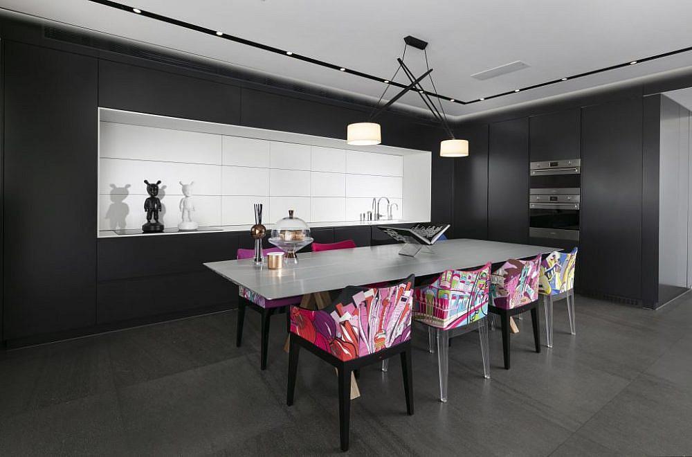 בית בהוד השרון. כיסאות בעיצוב פיליפ סטארק | עיצוב: אורון מילשטיין, צילום: אלעד גונן