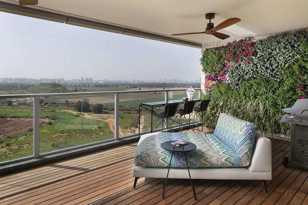 בית בהוד השרון. המרפסת | עיצוב: אורון מילשטיין, צילום: אלעד גונן