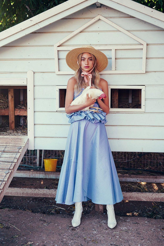 אלה איילון | צילום: אלה אוזן, סטיילינג: חיה וידר, שמלה: עדי קרני, מגפיים: שיינושקה וינטג׳, כובע: ג׳סטין
