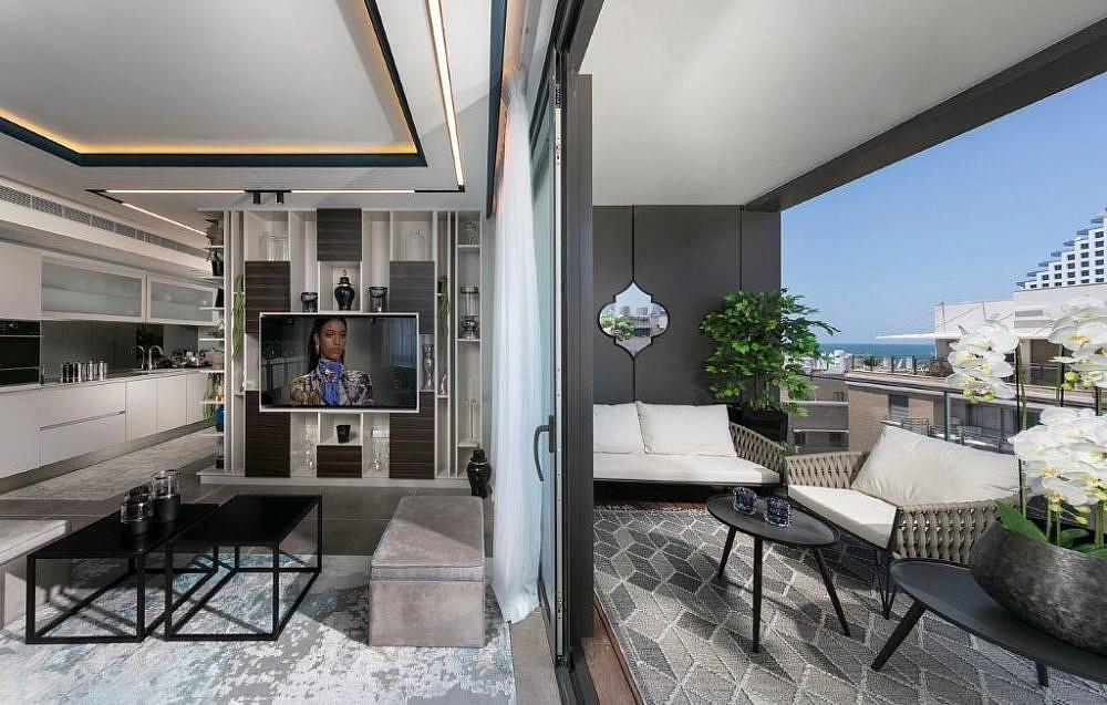 """דירת נופש בת""""א, הסלון והמרפסת   עיצוב: אריאלה עזריה ברקוביץ', צילום: אלעד גונן"""