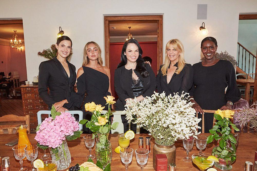 טהוניה רובל ,מרינה מקסימיליאן, עומר נודלמן וסנדרה רינגלר עם חוה זינגבוים | צילום: שוקה כהן