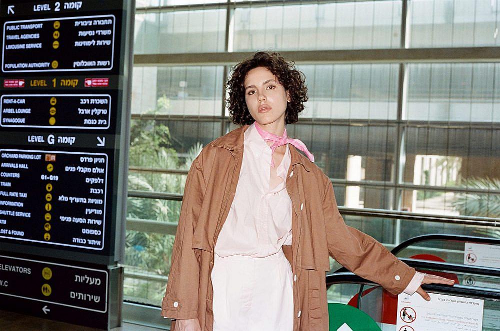 צילום: תום מרשק, סטיילינג: אלין זידקוב לArtbook, דוגמנית: אריאל הלוי לרוברטו. חולצה, מכנסיים, מעיל ובנדנה: אמריקן וינטג'
