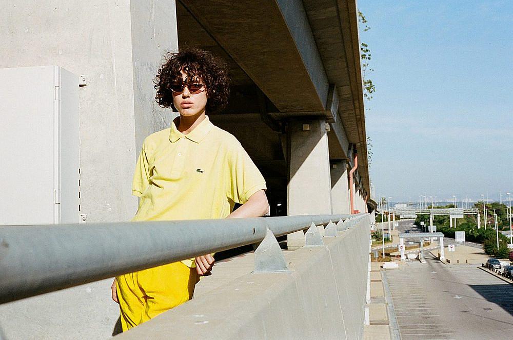 צילום: תום מרשק, סטיילינג: אלין זידקוב לArtbook, דוגמנית: אריאל הלוי לרוברטו. חולצה ומכנסיים איתי גונן וינטג', משקפיים Vogue