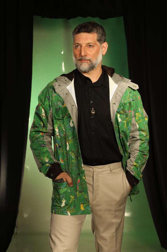 אסף גרניט לובש דורון אשכנזי ותכשיטים של Buzz and Lutra, ביום האופנה הישראלית | צילום: מור צידון