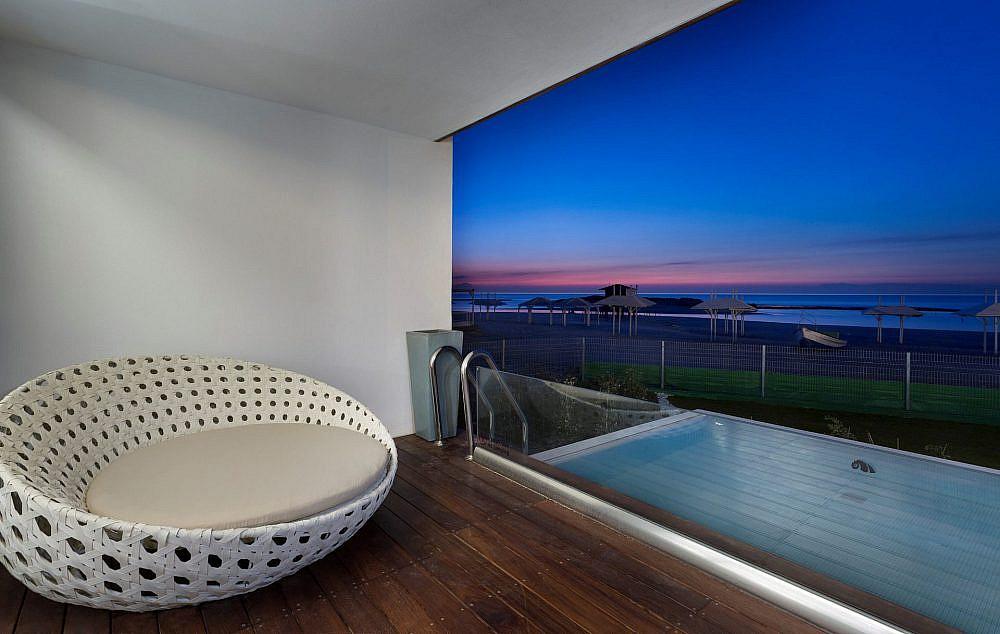 מלון חוף נחשולים   צילום: אסף פינצוק