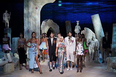 תצוגת האופנה של ורסאצ'ה | צילום: Handout/Versace Press Office via Getty Images
