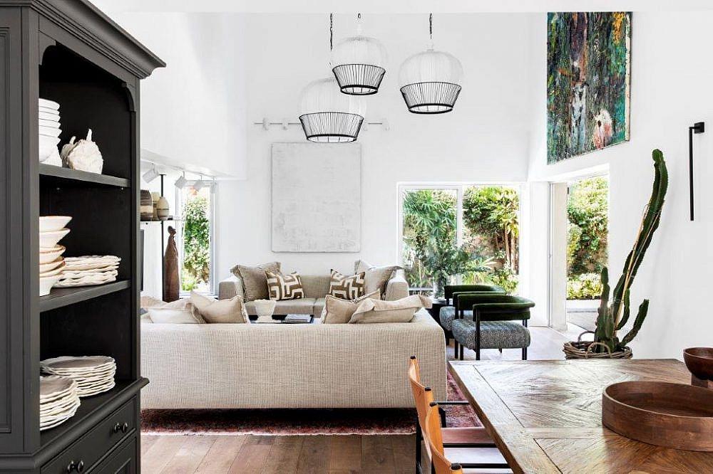 גופי תאורה דומיננטיים בסלון | עיצוב פנים: קרן ניב טולדנו, צילום: איתי בנית