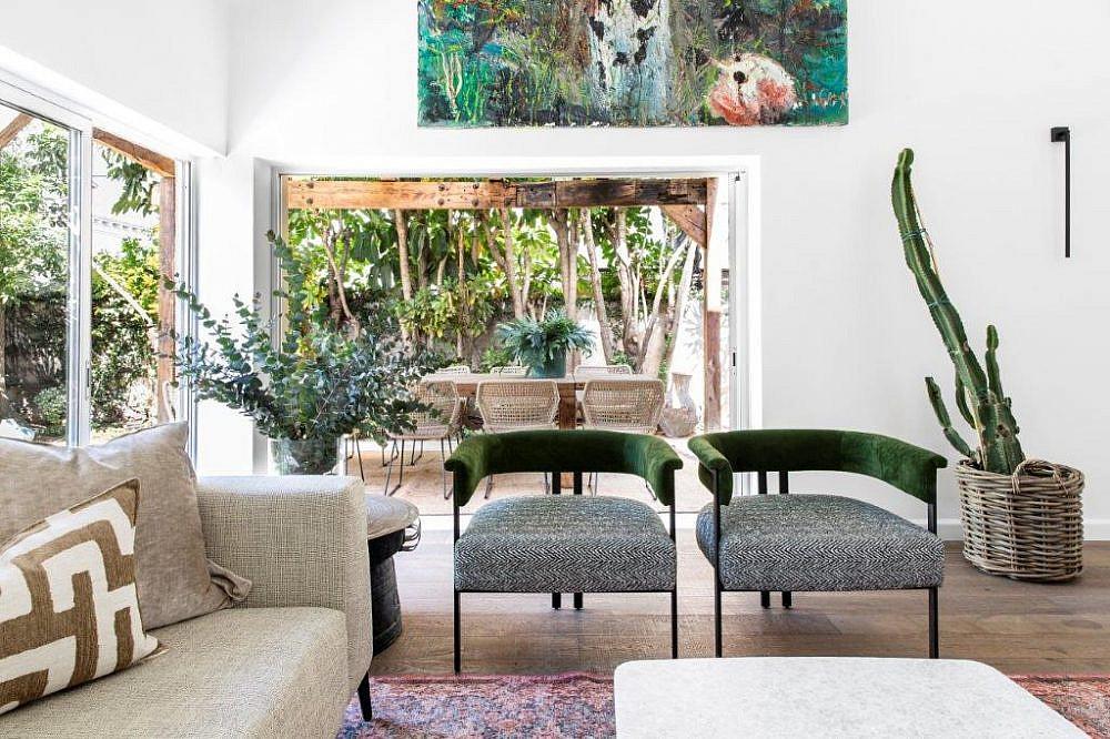 כורסאות הברזל בסלון | עיצוב פנים: קרן ניב טולדנו, צילום: איתי בנית