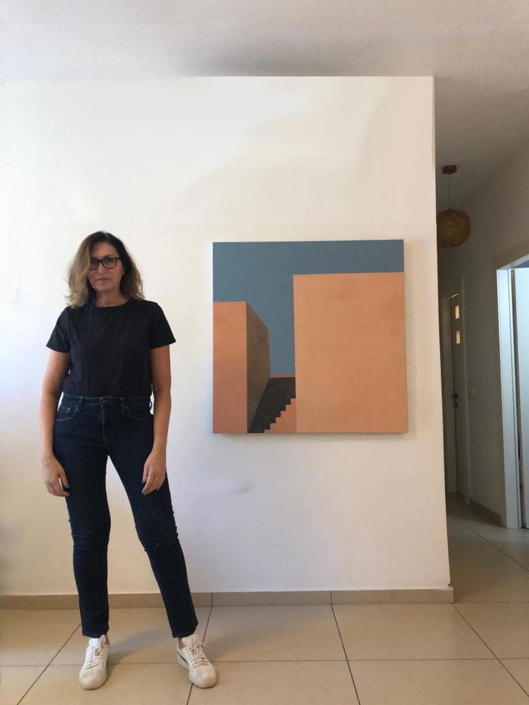 רונית אדלר ליד ציור שלה | תמונה באדיבות המצולמת