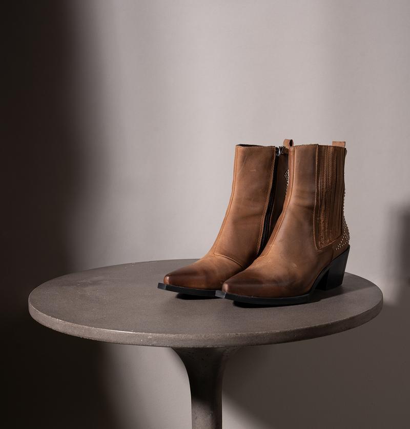 """מגפיים של דניאלה להבי, מחיר 1,250 ש""""ח   צילום מסך"""