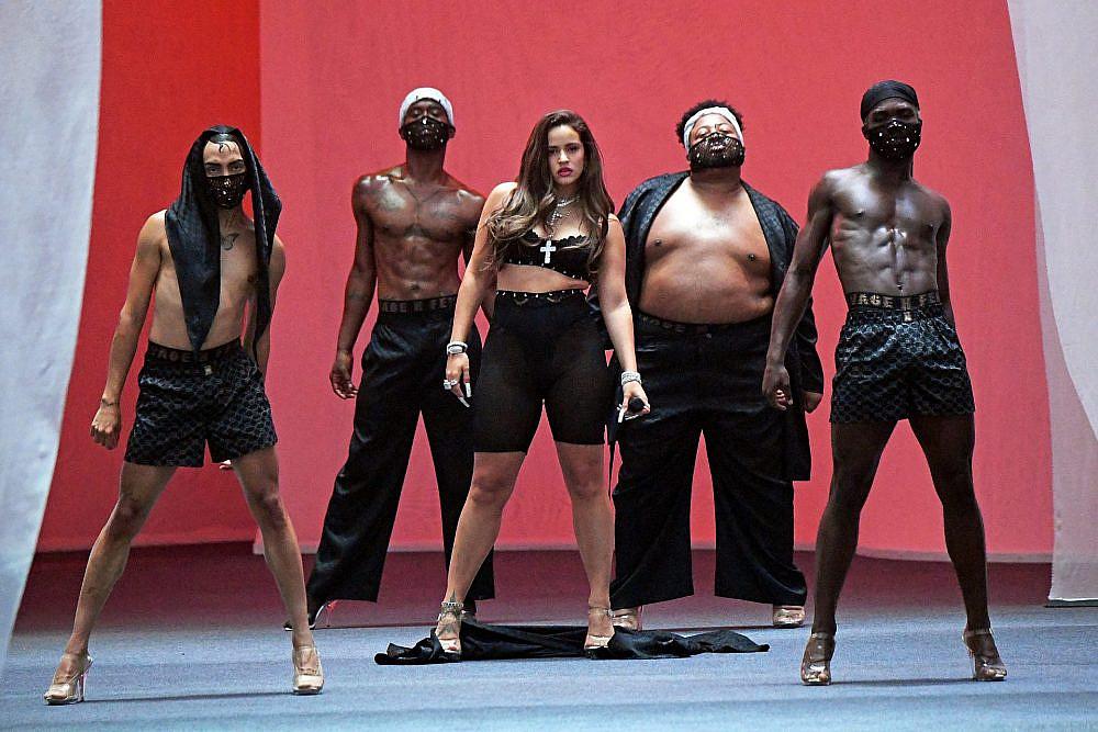 רוסליה בתצוגה של ריהאנה   צילום: Kevin Mazur/Getty Images