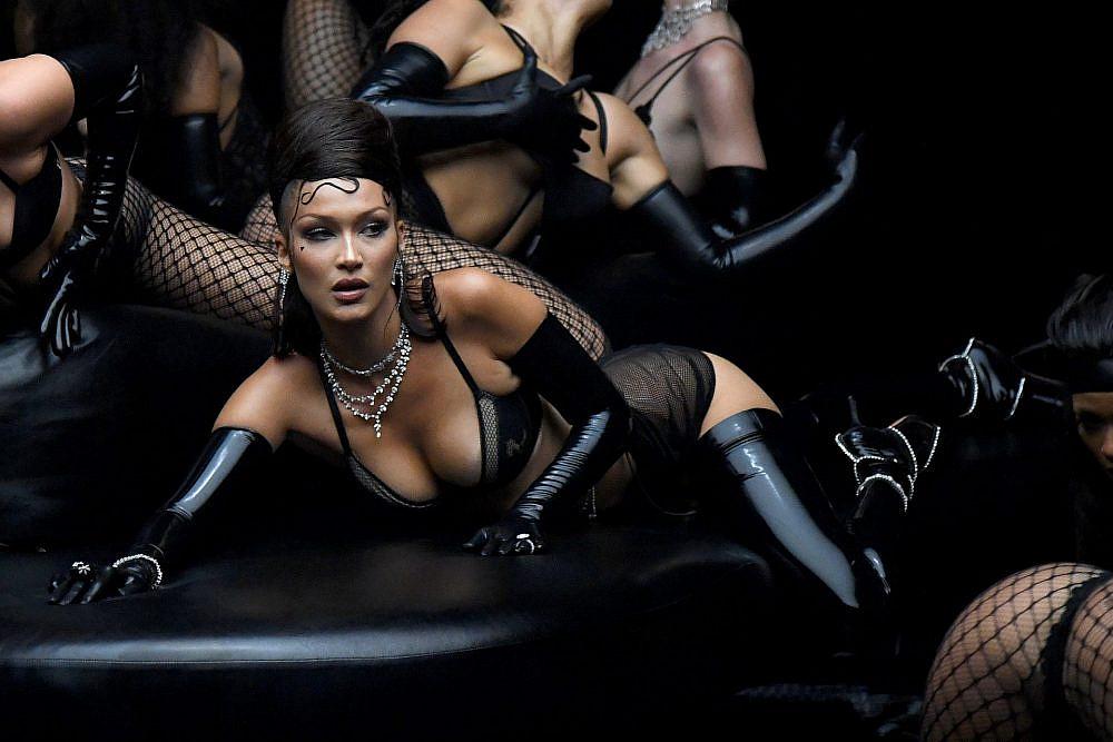 בלה חדיד בתצוגה של ריהאנה   צילום: Kevin Mazur/Getty Images