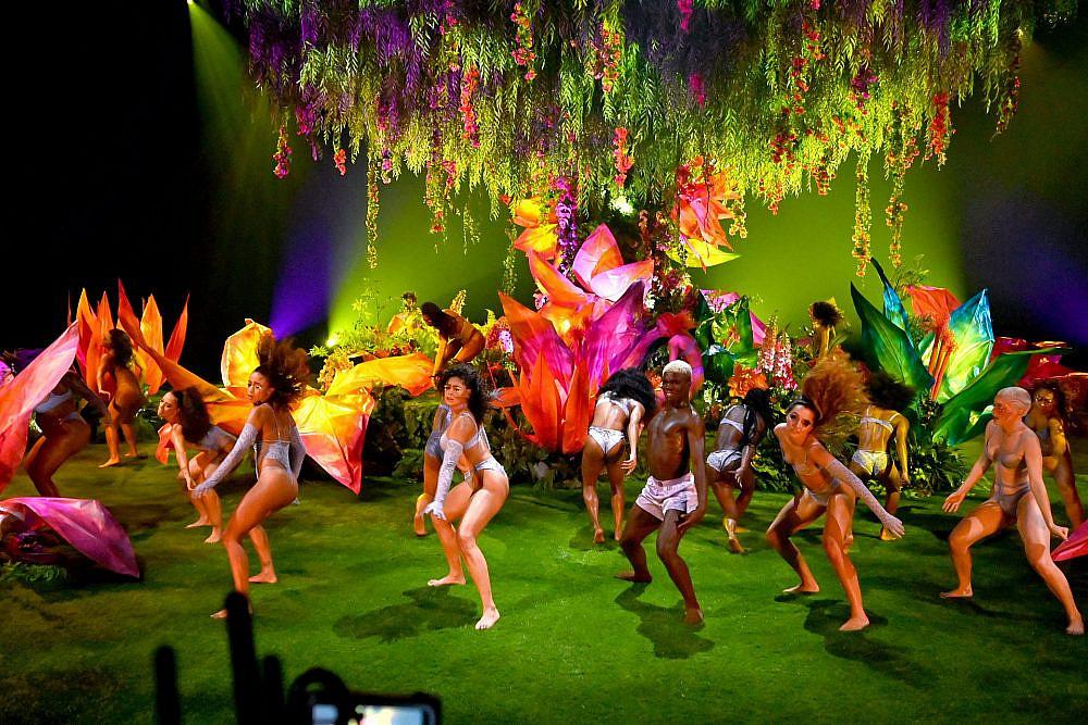 התצוגה של ריהאנה   צילום: Kevin Mazur/Getty Images