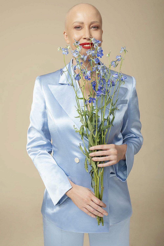 מירית גרינברג | צילום: זהר שטרית, סטיילינג: שי לי ניסים, חליפה: Echo by Tamar Netanely, עיצוב פרחים: ido frid event design