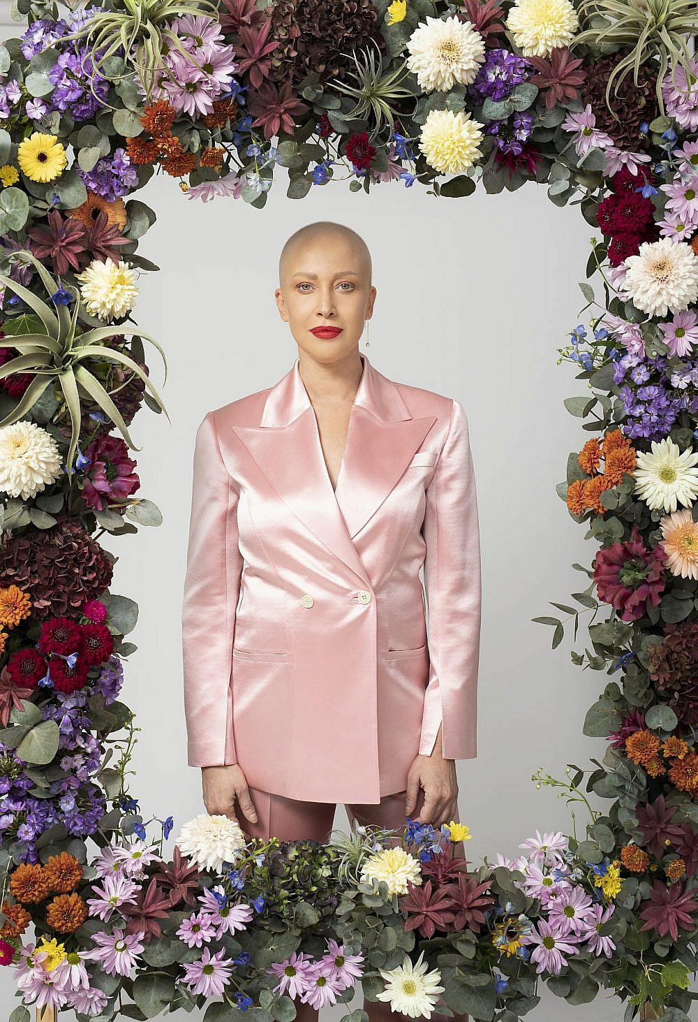 מירית גרינברג | צילום: זהר שטרית, סטיילינג: שי לי ניסים, חליפה: Echo by Tamar Netanely, עיצוב פרחים: ido frid event design, עגילים: הוט קראון