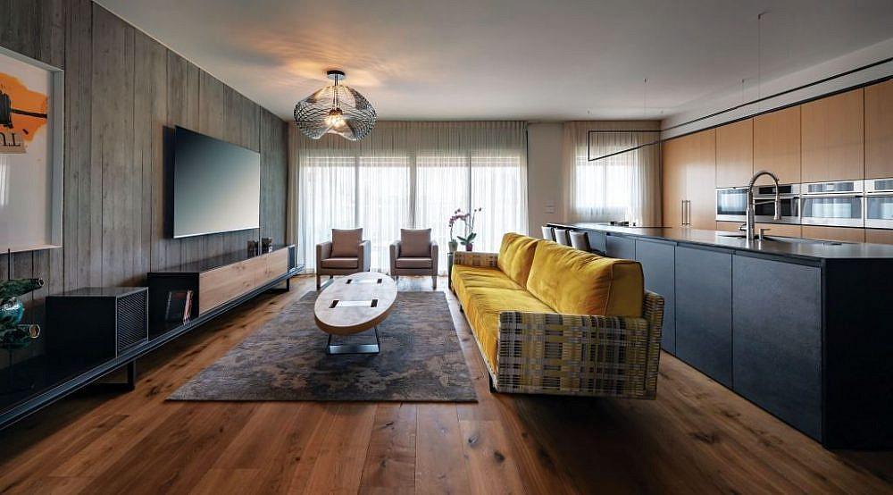 ספה צהובה של מעצב הרהיטים יפרח בן צבי מפיחה חיים בחלל   צילום: שי אפגין