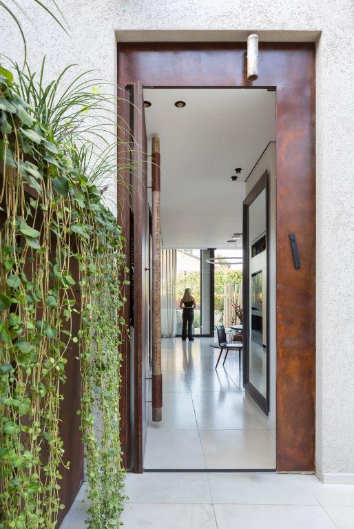 האדריכלית שגית חקלאי ממליצה לשלב קיר ירוק במרפסת   צילום: שי אפשטיין