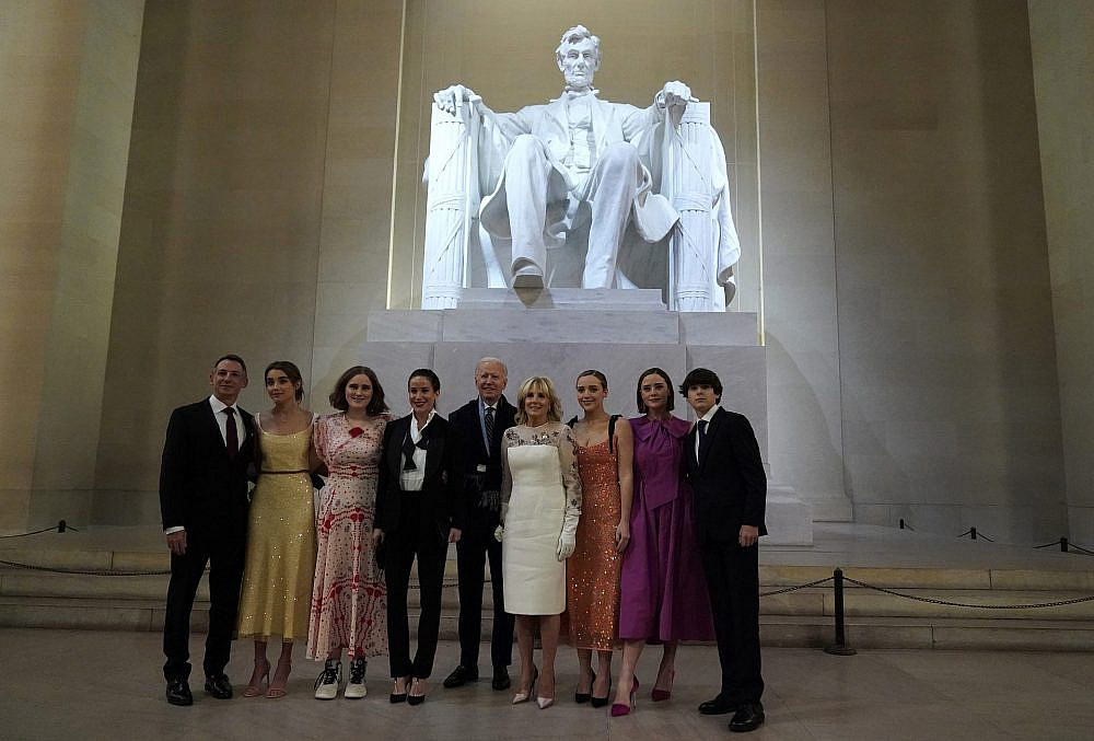 ג'ו ביידן ומשפחתו | צילום: Joshua Roberts-Pool/Getty Images