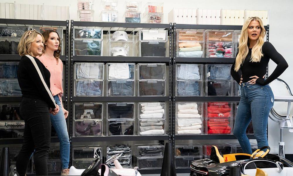 הצצה לארון של קלואי קרדשיאן   צילום מסך מהסדרה Get Organized with The Home Edit