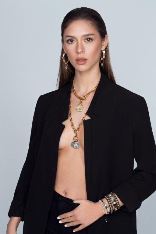 שרשרת תליון משושה Journey necklace ב-250 ש״ח; שרשרת בעלת 3 תליונים- Tribe necklace ב-300 ש״ח. צילום: Coravana