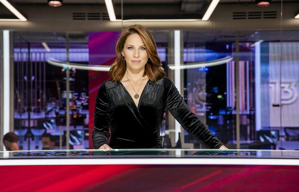 הילה קורח בתפקיד מגישת החדשות בחדשות 13   צילום: רונן אקרמן