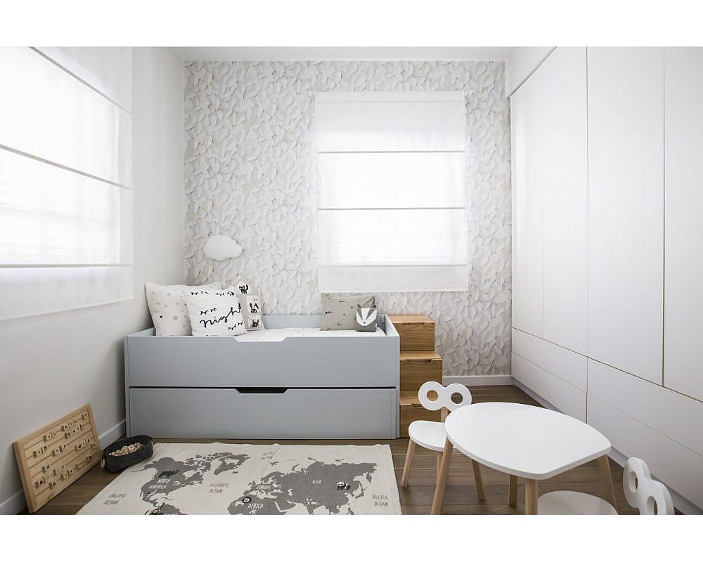 משחקים מינימליסטים מונגשים על הרצפה או במדף נמוך בגובה הילד, שטיח לתחושת חמימות ורכות, שולחן מותאם ובמת טיפוס למיטה באופן עצמאי | צילום: הילה עידו. עיצוב פנים: ספיר לוי מאורי