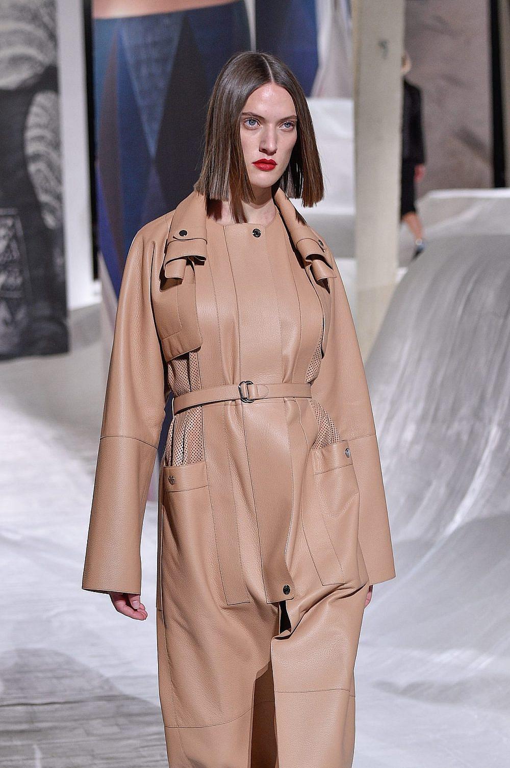 בית האופנה הרמס מציג קארה על המסלול של קולקציית קיץ 2021 | צילום: Peter White/Getty Images