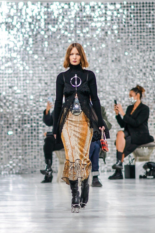 תסרוקת קארה על מסלול תצוגת קולקציית קית 2021 של בית האופנה פאקו רבאן | צילום: Edward Berthelot/Getty Images