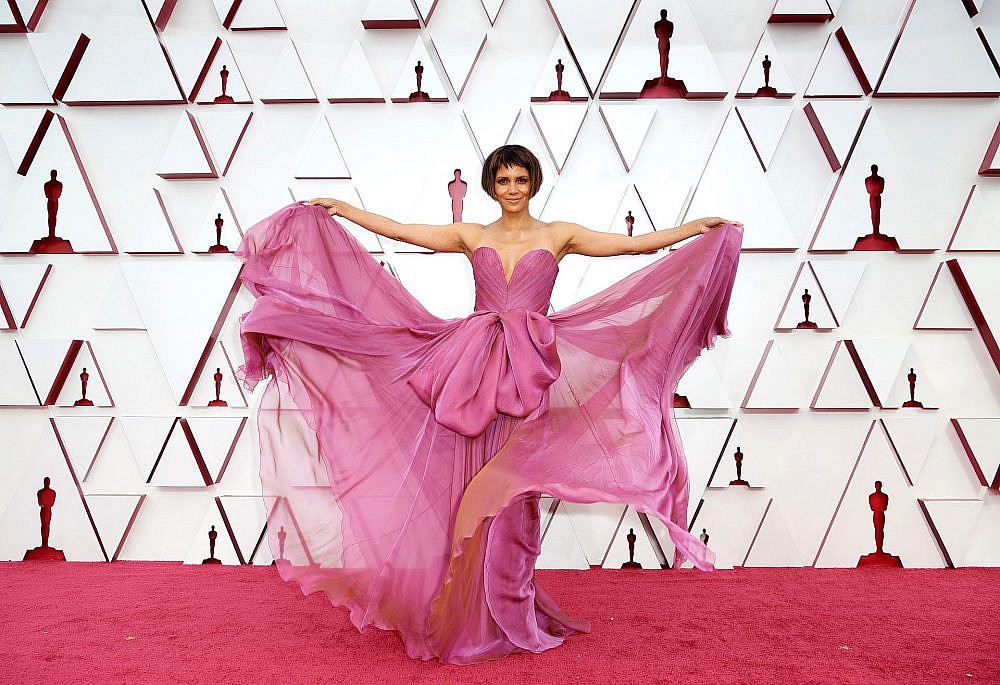 האלי ברי בשמלה של דולצ'ה וגבאנה   צילום: Matt Petit/A.M.P.A.S. via Getty Images