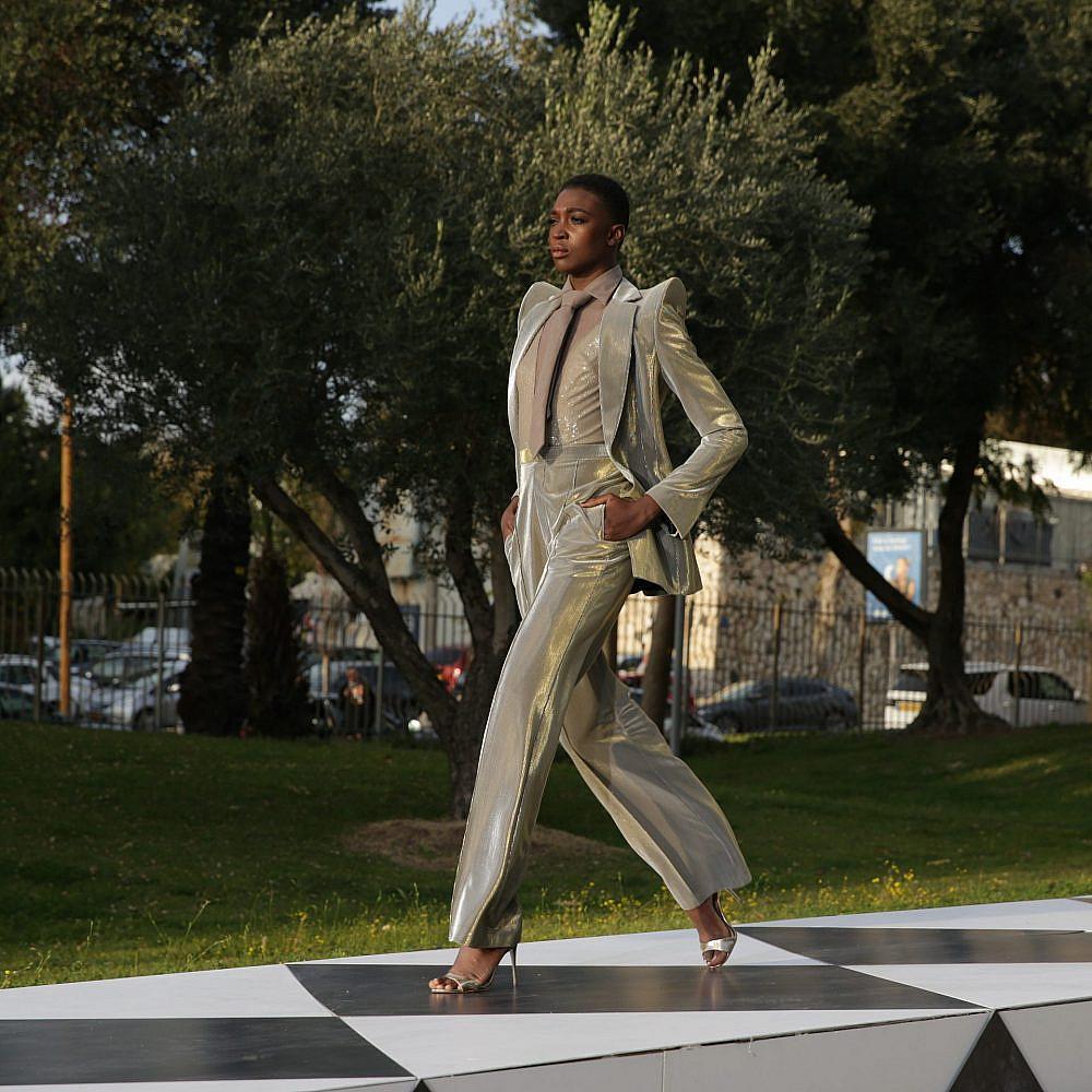 התצוגה של ענבל דרור בשבוע האופנה תל אביב קורנית 2021 | צילום: נוי ערקובי