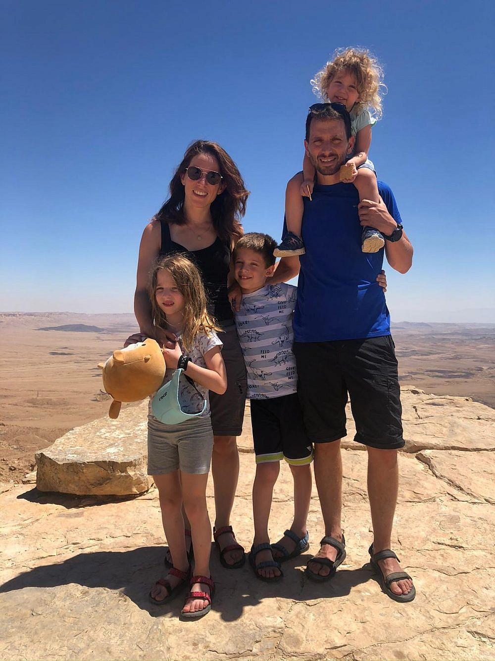 הילה קורח עם בן זוגה ושלושת ילדיהם   צילום באדיבות הילה קורח
