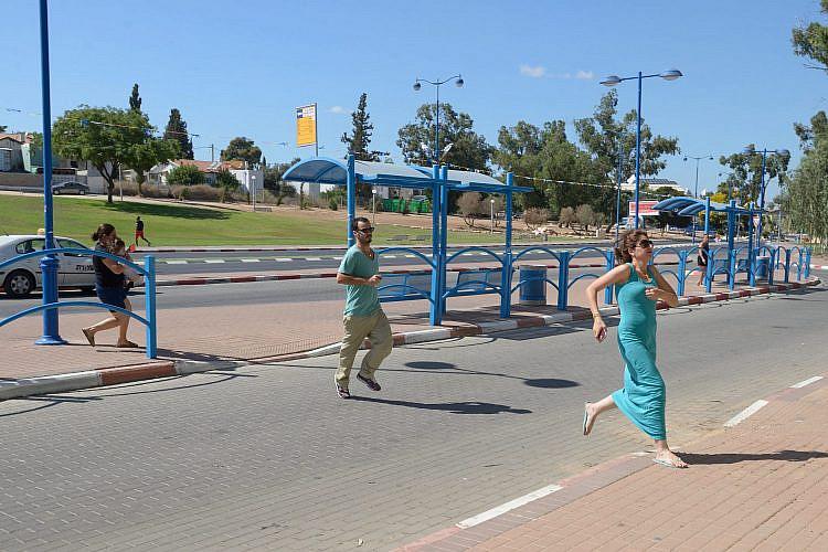 ישראלים רצים באזעקת צבע אדום בשדרות   צילום: by Gili Yaari/NurPhoto/Corbis via Getty Images