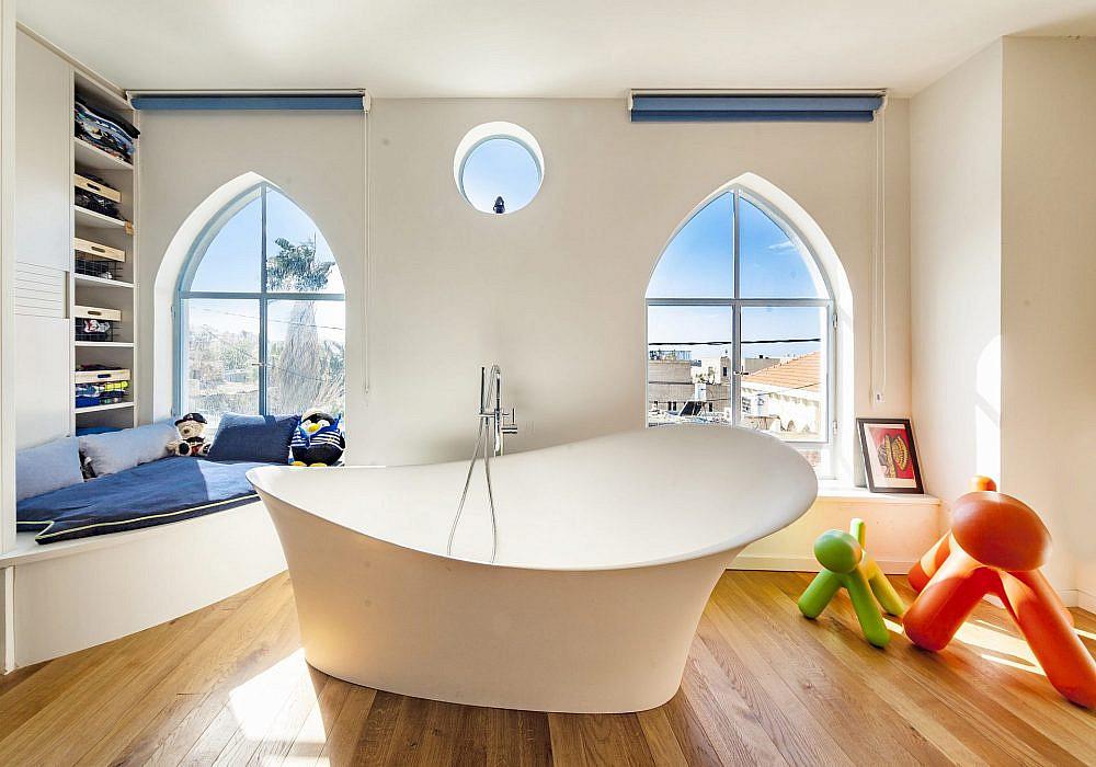 בית ביפו. אמבטיית פרי סטנדינג בחדר השינה. אדריכלות ועיצוב פנים: חנן דירקטור, סטיילינג: רחלי ברז'יק   צילום: יגאל הררי