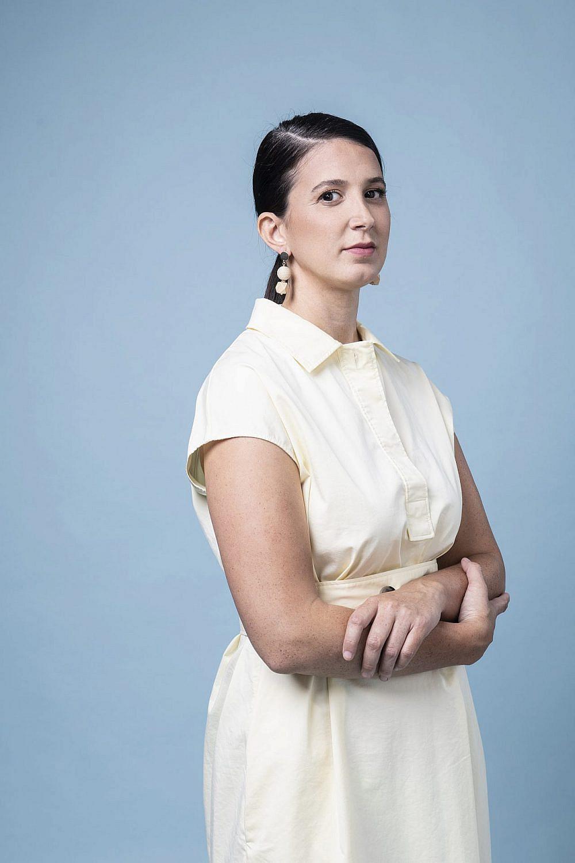 """""""הקושי נמצא בדברים הקטנים"""". ח""""כ שירלי פינטו   צילום: איליה מלניקוב. שמלה: Cos, עגילים: אלדו"""