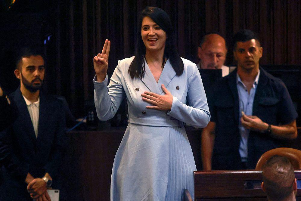 """ח""""כ שירלי פינטו בהשבעה לכנסת בשפת הסימנים   צילום: Gettyimages \ Menachem kahana"""
