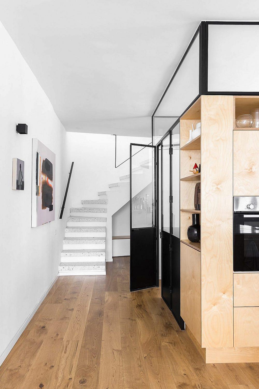 ניגודיות בין הקירות הלבנים למסגור הפתחים | עיצוב: תמי פמפנל שנקר, צילום: מאיה אבגר