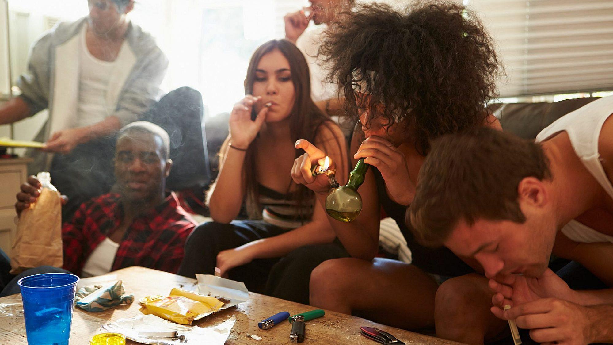 בני נוער מעשנים סמים. צילום: שאטרסוק